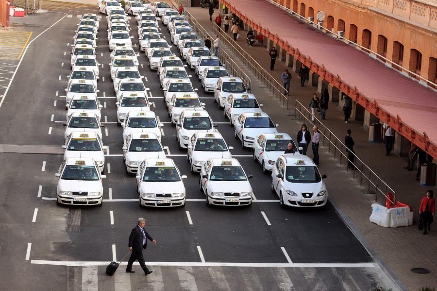 Giełdy w Hiszpanii i Portugalii gwałtownie spadły wraz z pojawieniem się wątpliwości, że pomoc wysokości 110 mld euro dla Grecji może być nieskuteczna w zatrzymaniu rozprzestrzeniania się kryzysu na Płw. Iberyjski. Na zdj. taksówki czekające przy stacji kolejowej Madryt-Atocha, 3. maja 2010.