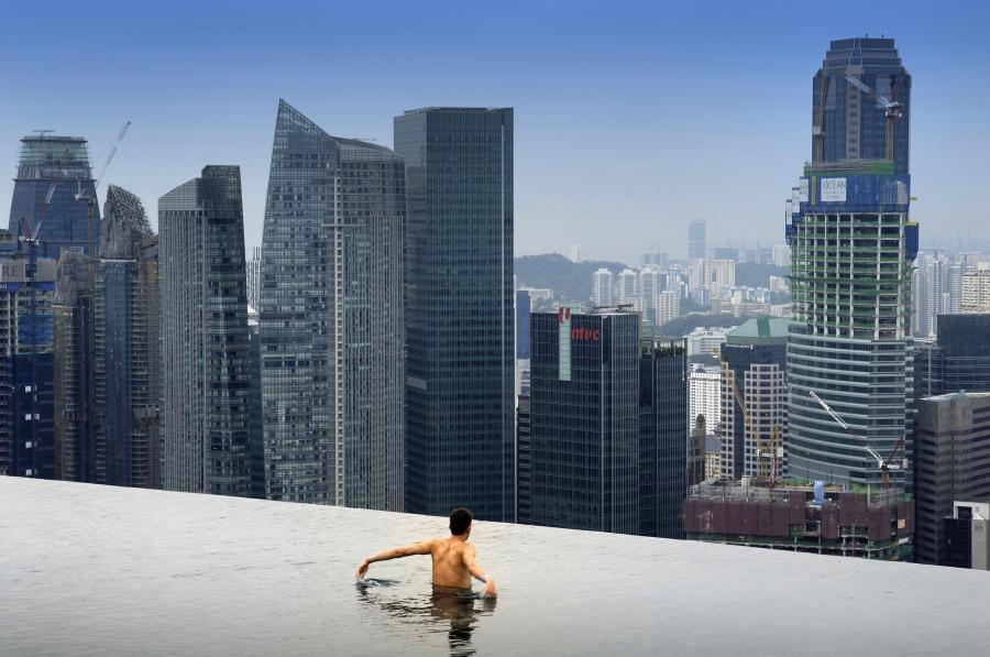W całej pierwszej połowie 2010 r. gospodarka Singapuru wzrosła aż o 18,1 proc. Na zdj. gość hotelowy pływający w basenie na szczycie Las Vegas Sands Corp.s w Singapurze.