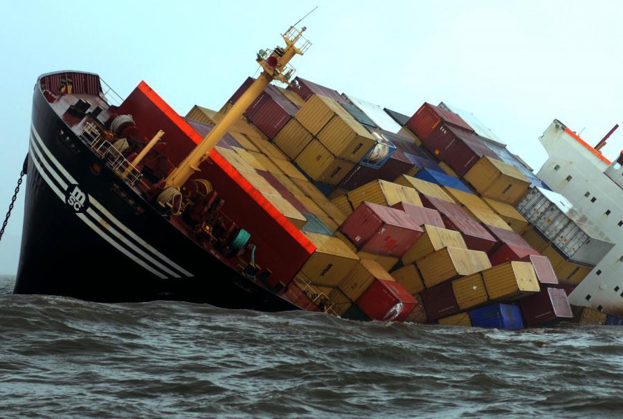 Bombajski port Jawaharlal Nehru należy do najbardziej ruchliwych portów kontenerowych świata. Na zdj. Spadające kontenery z pokładu MSC Chitra do Morza Arabskiego w Bombaju, Indie, 9. sierpnia 2010.