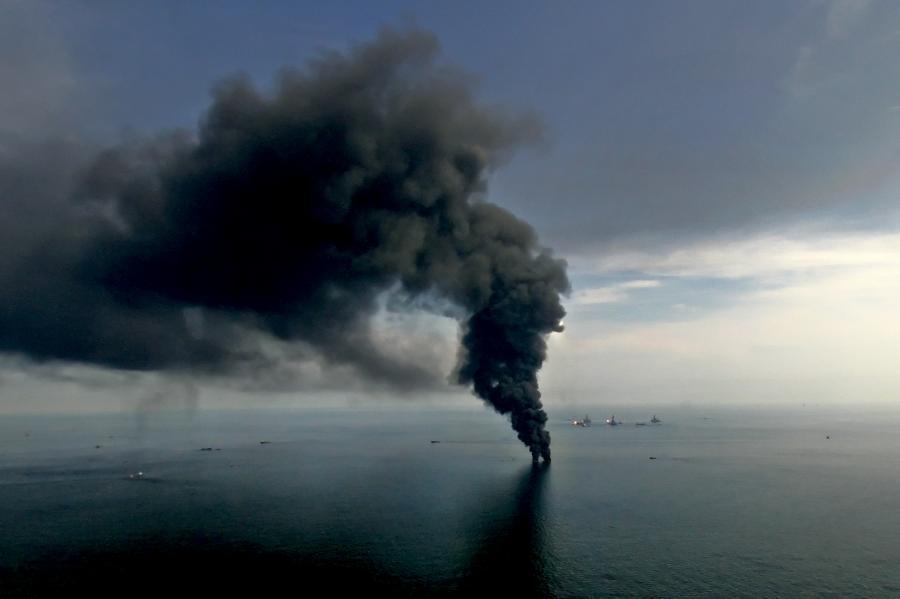Po awarii platformy Deepwater Horizon koncernu BP dziennie wyciekało ok. 60 000 baryłek ropy wprost do Zatoki Meksykańskiej. Na zdj. chmura dymu z kontrolowanego pożaru ropy obok uszkodzonej platformy Deepwater Horizon w Zatoce Meksykańskiej. 19. czerwca 2010.