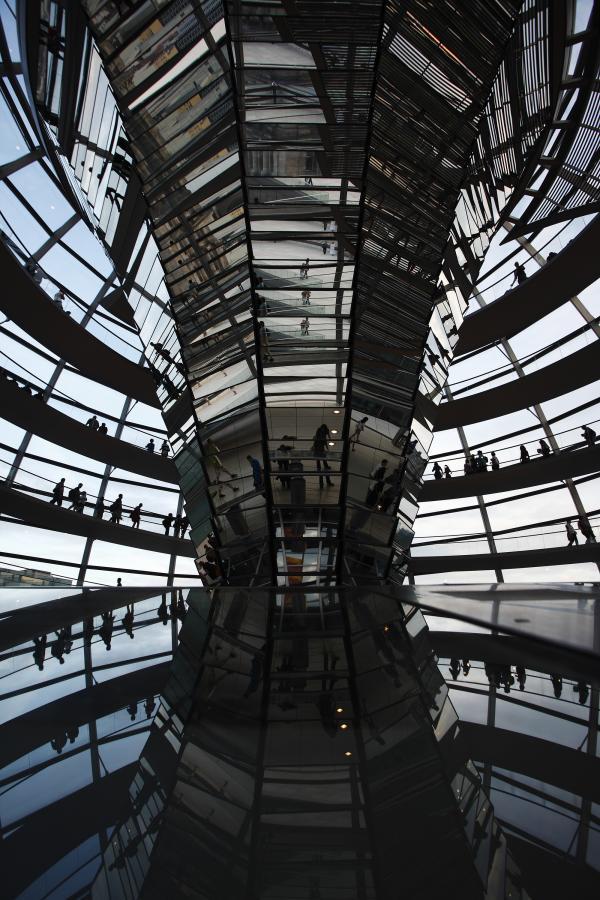 Niemiecka gospodarka rosła w drugiej połowie tego roku najszybciej od czasu zjednoczenia Niemiec, osiągając jeden z najwyższych wzrostów gospodarczych w Europie. Na zdj. turyści zwiedzający kopułę nad niemieckim parlamentem – Reichstagiem w Berlinie. 11. sierpnia 2010.