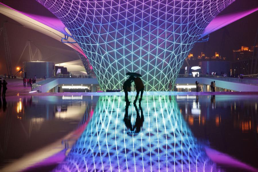 Międzynarodowa wystawa Expo 2010 w Szanghaju -  Od początku maja wystawę zwiedziła rekordowa liczba 73 milionów osób. W szanghajskim Expo, którego tematem było Lepsze miasto, lepsze życie wzięło udział 189 krajów i 57 organizacji. Pawilon polski zanotował ponad 8 milionów zwiedzających. fot: Qilai Shen/Bloomberg