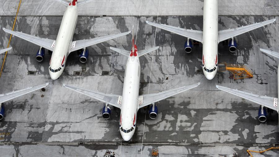 Samoloty British Airways zostały uziemione na płycie londyńskiego lotniska Heathrow podczas strajku personelu latającego. Protest został zorganizowany przez związek zawodowy reprezentujący 90 proc. załogi liczącej 1200 osób. Związkowcy protestowali przeciwko przyjętemu przez linie programowi oszczędnościowemu, który zakładał m.in. zamrożenie płac oraz zmniejszenie personelu obsługującego długodystansowe rejsy. fot: Simon Dawson/Bloomberg
