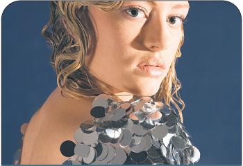 Producenci damskiej garderoby chętnie przyozdabiają sukienki tanimi cekinami, dzięki czemu te zyskują drogi wygląd i taką cenę. Fot Corbis FotoChannels