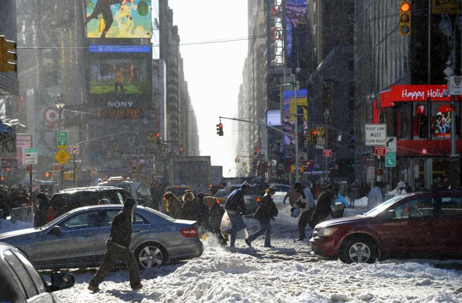 Zasypany śniegiem Times Square. Kierowcy próbują pokonać ogromne zaspy