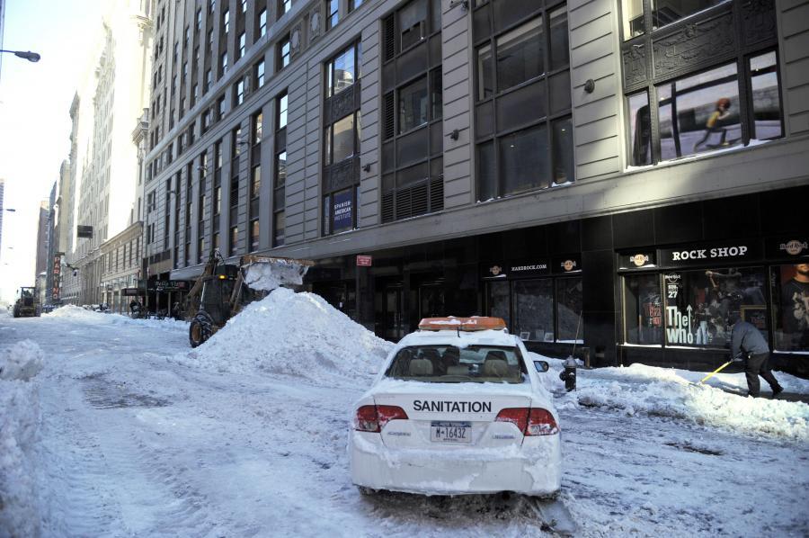 Odśnieżanie West 43rd Street w Nowym Jorku