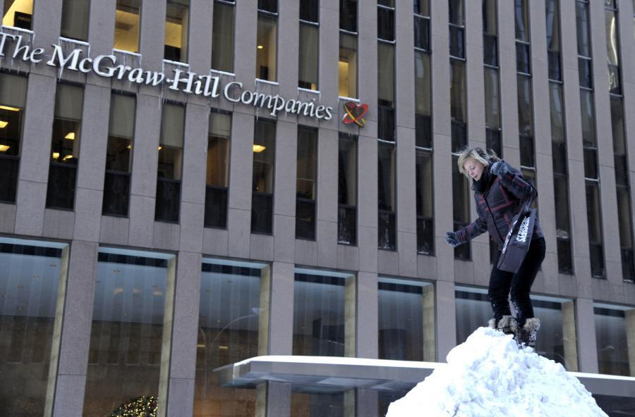 Zaspy przed siedzibą firmy McGraw-Hill w Nowym Jorku