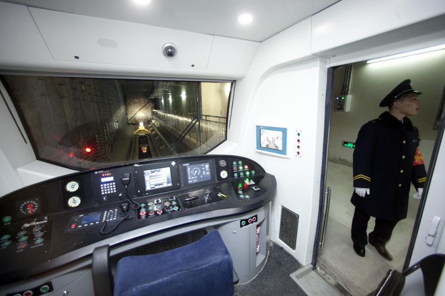 Pracownik chińskiego metra oczekuje na próbną jazdę Linią 15. Fot. Nelson Ching/Bloomberg