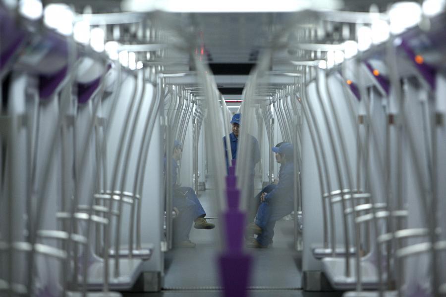 Metro w Chinach: Pracownicy pekińskiego metra podczas próbnej jazdy nową Linią 15