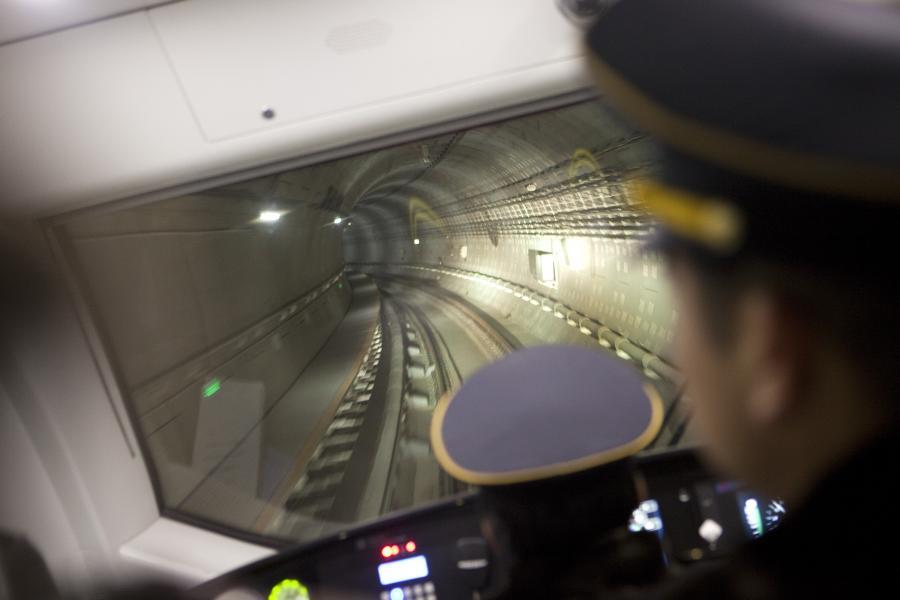 Maszynista metra w Pekinie podczas próbej jazdy nową Linią 15