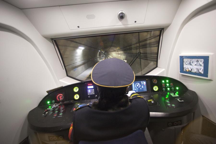 Metro w Chinach: maszynista kieruje pociągiem podczas próbnej jazdy nową Linią 15 w pekińskim metrze