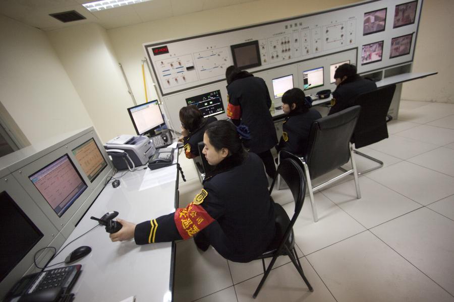 Metro w Chinach: Pracownicy metra monitorują stację Wangjing West w Pekinie
