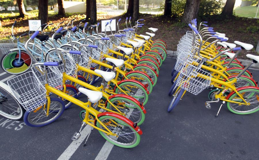 Rowery pracowników Google zaparkowane przed główną siedzibą internetowego giganta w amerykańskim mieście Mountain View w stanie Kalifornia.