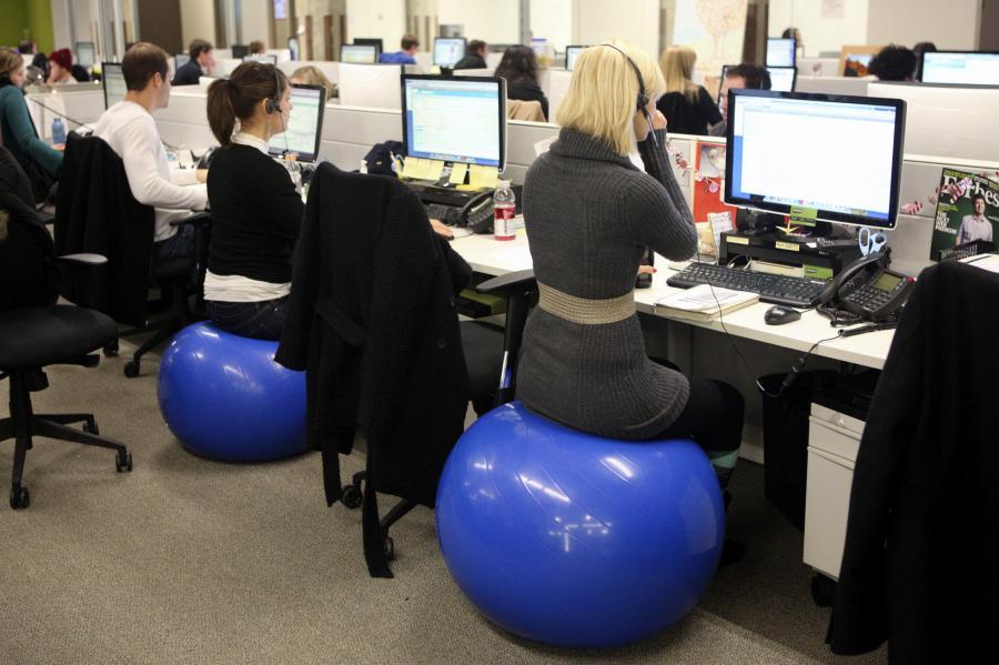 Pracownicy siedzą na gumowych piłkach w siedzibie firmy Groupon w Chicago w USA.