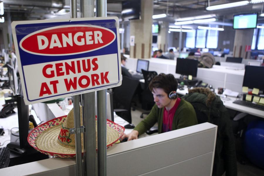 """Napis """"Uwaga, geniusz w pracy"""" w biurze Groupon w Chicago."""