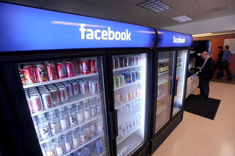 Obrandowane lodówki z napojami witają gości w głównej siedzibie Facebooka w Palo Alto w Kalifornii.