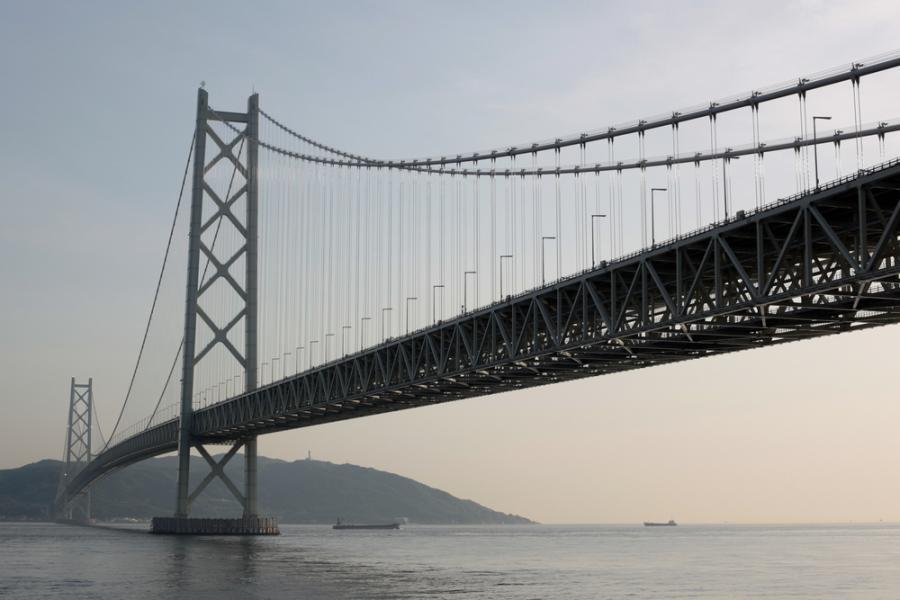Most Akashi Kaikyō o długości 1991 m. w Japonii. Fpt. Shutterstock.