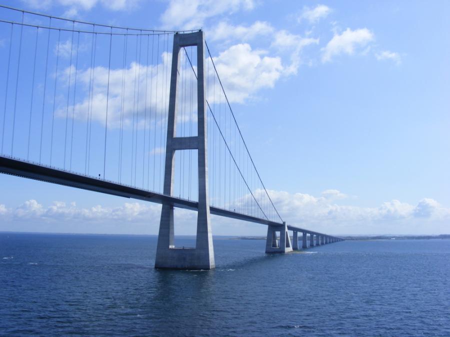 Najdłuższy most Europy - Storebælt w Danii (Great Belt Bridge) ma 1,624 metrów. Fot. Shutterstock.