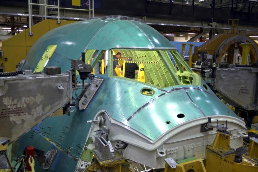 Boeing 747- 8 Intercontinental -  trwają prace montażowe w  kokpicie. fot. Bloomberg