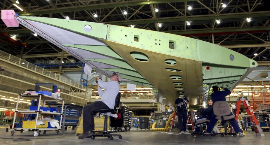 Boeing 747- 8 Intercontinental – prace montażowe prowadzone są przy skrzydle. fot. Bloomberg