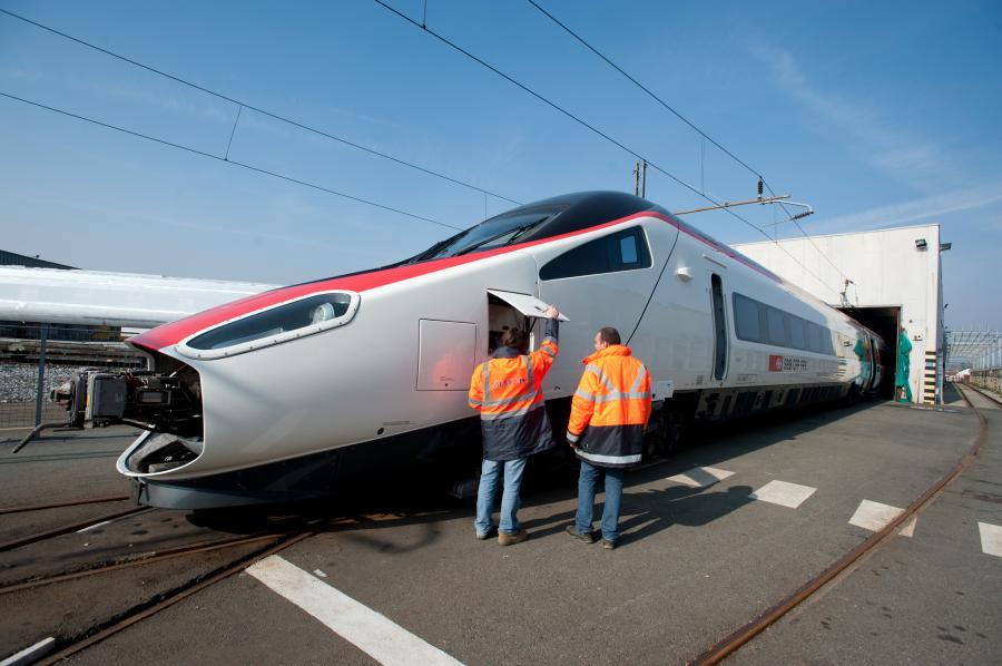 Pracownicy dokonują przeglądu szwajcarskiej szybkiej kolei Pendolino SBB AG we włoskiej fabryce Alstomu w Savigliano. Alstom SA, drugi największy producent szybkich pociągów na świecie, wyprodukował 2/3 wszystkich szybkich pociągów globu. Fot. Bloomberg.