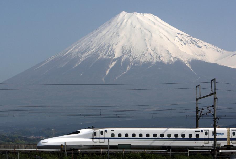 Japoński Shinkansen N700 osiąga prędkość maksymalną 332 km/h. Fot. Bloomberg.