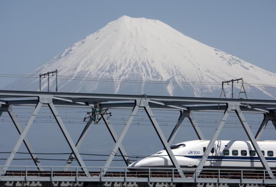Japoński Shinkansen N700 osiąga prędkość 332 km/h. Fot. Bloomberg.