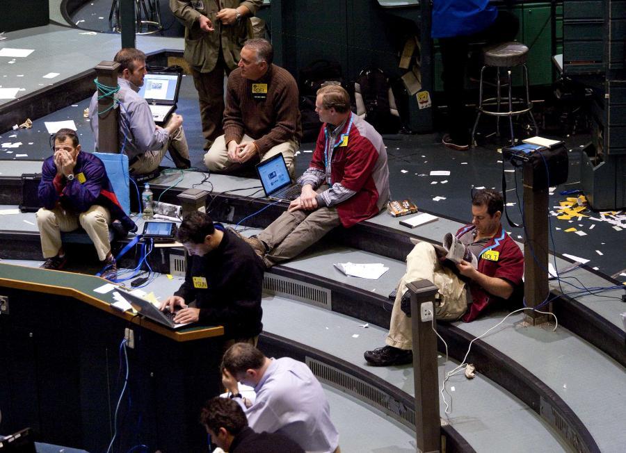 Traderzy siedzą w branżowym dziale cen ropy na giełdzie towarowej New York Mercantile Exchange w Nowym Jorku, USA.
