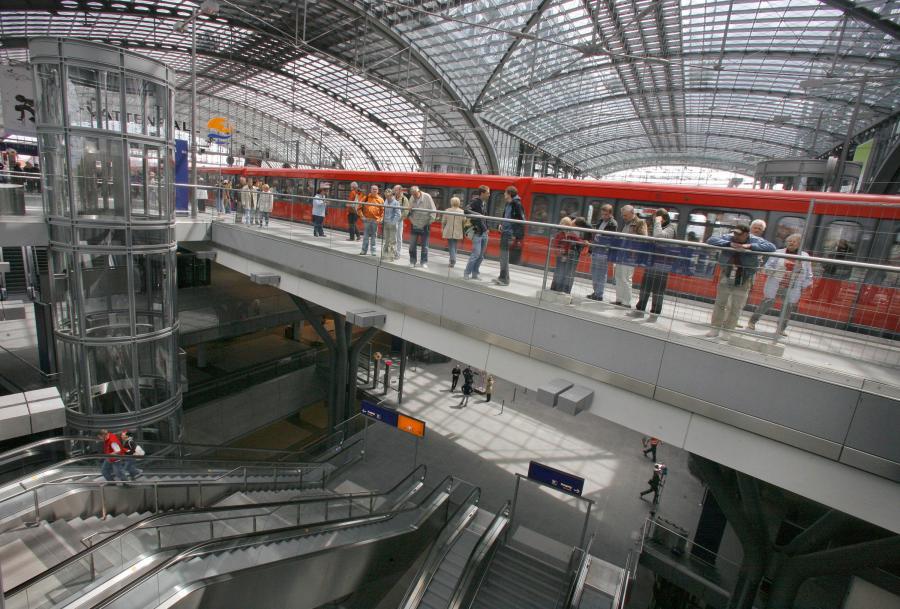 Wielopoziomowy dworzec Berlin Hauptbahnhof w stolicy Niemiec w środku.