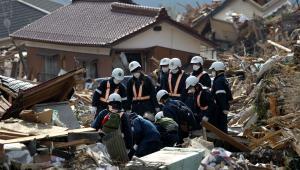 Policja przeszukuje teren po tragicznym trzęsieniu ziemi w Japonii w miejscowości Rikuzentakada, w prefekturze Iwate, 14. marca 2011 r.