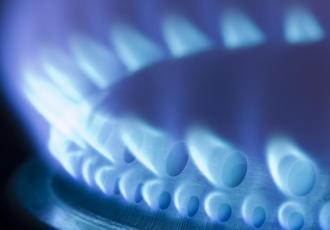 Kilkuprocentowa obniżka cen gazu, będąca następstwem wniosku złożonego przez Polskie Górnictwo Naftowe i Gazownictwo, wejdzie w życie od 1 stycznia przyszłego roku - powiedział w TVN CNBC Biznes wiceprezes Urzędu Regulacji Energetyki Marek Woszczyk.
