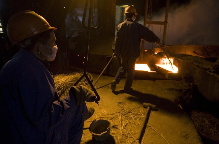 Ceny miedzi na giełdzie metali w Londynie podczas tej sesji spadają, bo niektórzy inwestorzy przystąpili do wyprzedaży kontraktów, oceniając, że ostatnie solidne zwyżki cen były zbyt gwałtowne - podają maklerzy. Huta miedzi w Tongling, Chiny