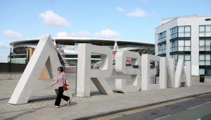 Napis ARSENAL przed stadionem Emirates w Londynie