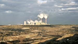Odkrywkowa kopalnia węgla brunatnego i elektrownia w Bełchatowie, należące do grupy PGE (4). Fot. Bloomberg.