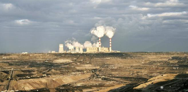 Odkrywkowa kopalnia węgla brunatnego i elektrownia w Bełchatowie, należące do grupy PGE. Fot. Bloomberg.