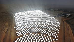 Heliostaty poruszają się zgodnie z kierunkiem słońca, aby zgarniać jak najwięcej promieni. Tak będzie wyglądała największa elektrownia słoneczna świata: Ivanpah Solar Electric Generating System (ISEGS) w Kalifornii. Wybuduje ją firma BrightSource. Fot. materiały BrightSource