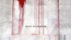 Siedziba Bank of Greece oblana czerwoną farbą przez wściekłych Greków, którzy oskarżają banki o spowodowanie kryzysu w ich kraju.