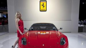 Modelka prezentuje Ferrari 599XX