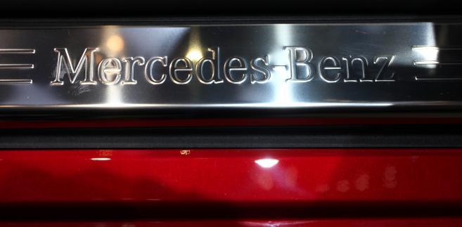 Daimler AG tabliczka w Mercedesie-Benz w modelu 250 SLK, na wystawie Geneva International Motor Show w Genewie, Szwajcaria