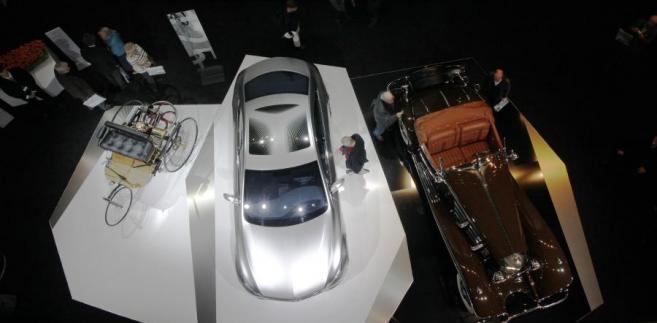Pierwszy pojazd Mercedesa, który kiedykolwiek wyprodukowano (po lewej), obok ostatni model F800 sport (w środku) i 1936 500k pojazdu (po prawej), Berlin, Niemcy
