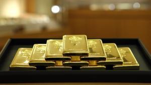 Cena złota ustanowiła w poniedziałek kolejny rekord, przekraczając 1400 dol. za uncję, co oznacza, iż inwestorzy spodziewają się spadku wartości dolara w następstwie planowanych znacznych zakupów amerykańskich obligacji przez Fed.