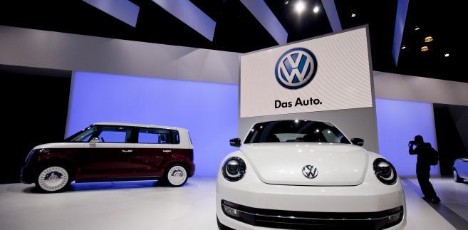 Volkswagen Bulli samochód koncepcyjny typu van (po lewej) i nowy Beetle wystawione na New York International Auto Show (NYIAS) w Nowym Jorku, USA