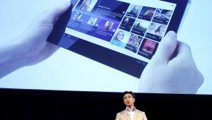 Kunimasa Suzuki, wiceprezes Networked Products & Services Group w Sony, przemawia w trakcie prezentacji tabletu S1 w Tokio, Japonia. Sony, wraz z Samsungiem i Motorolą, wprowadziło swoje pierwsze tablety w pogoni za iPad-ami produkowanymi przez Apple Inc.
