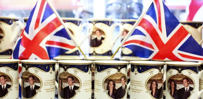 Pamiątkowe kubki przygotowane z okazji ślubu księcia Williama i Kate Middleton na wystawie w sklepie w Londynie, Wielka Brytania.