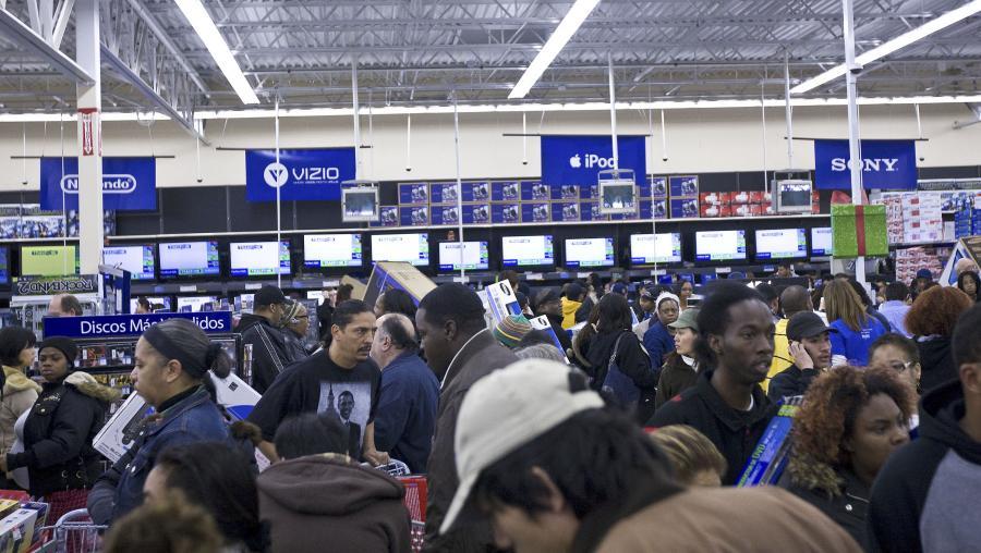 Klienci w hipermarkecie sieci Wal Mart w Oakland.         Fot. Bloomberg
