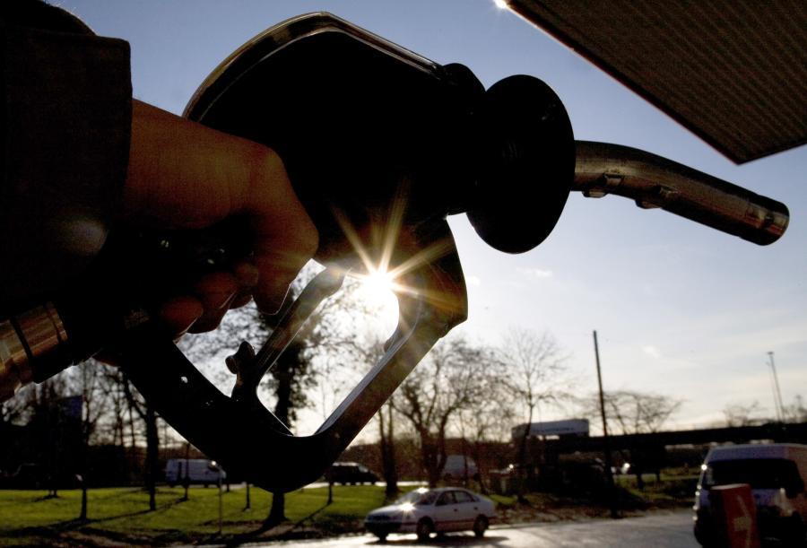 Ropa naftowa na giełdzie paliw w Nowym Jorku podczas tej sesji drożeje, odbijając się z najniższego poziomu od 4 tygodni, po spadku zapasów surowca w USA - podają maklerzy.