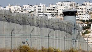 Mur oddzielający Zachodni Brzeg Jordanu od Jerozolimy. W tle palestyńskie miasto A-Ram, fot. Esteban Alterman/Bloomberg News