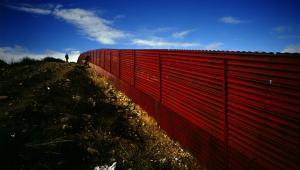 Mur na granicy amerykańsko/meksykańskiej w pobliżu miasta Tijuana, fot. Gustavo Graf/Bloomberg News