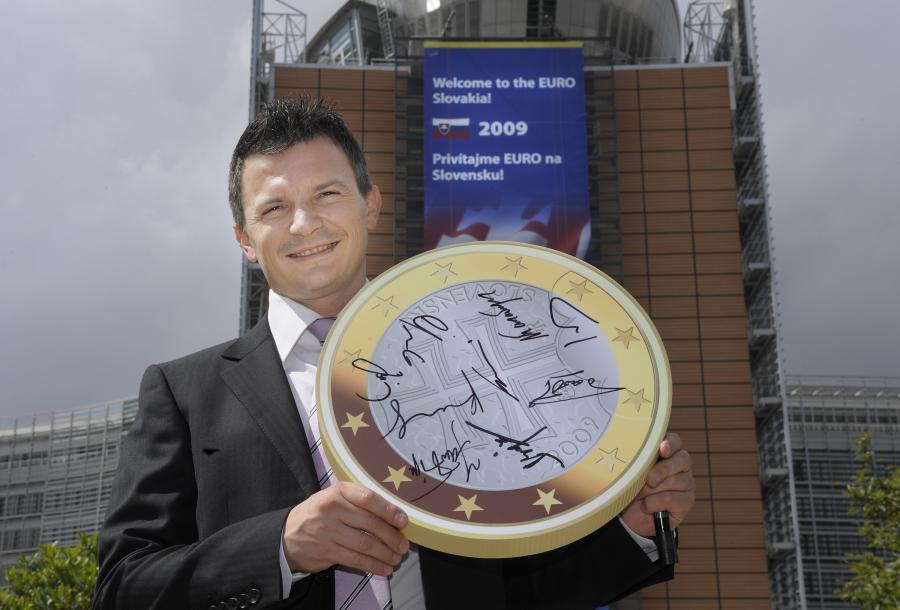 Inflacja na Słowacji spadła mimo wprowadzenia euro; na zdjęciu: Jan Pociatek, minister finansów Słowacji, przed główną siedzibą EBC w Brukseli