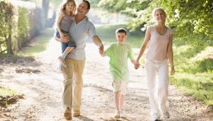 rodzina na spacerze, fot. Monkey Business Images